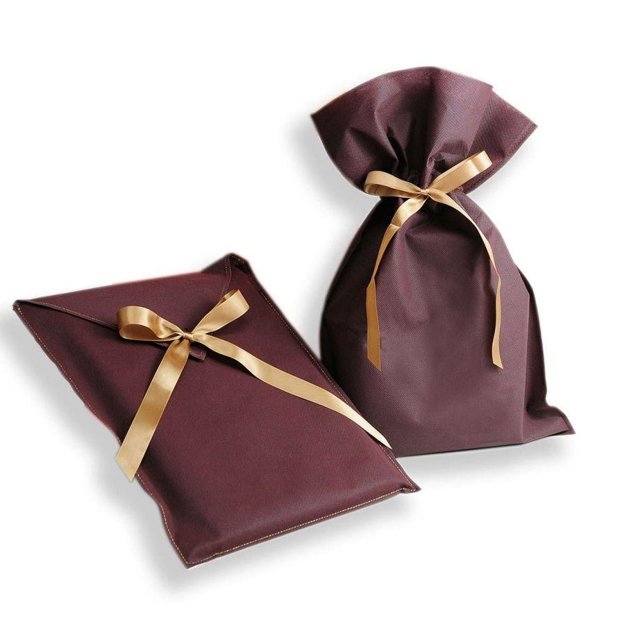 おしゃれなブラウンの不織布にリボンを結ぶラッピング