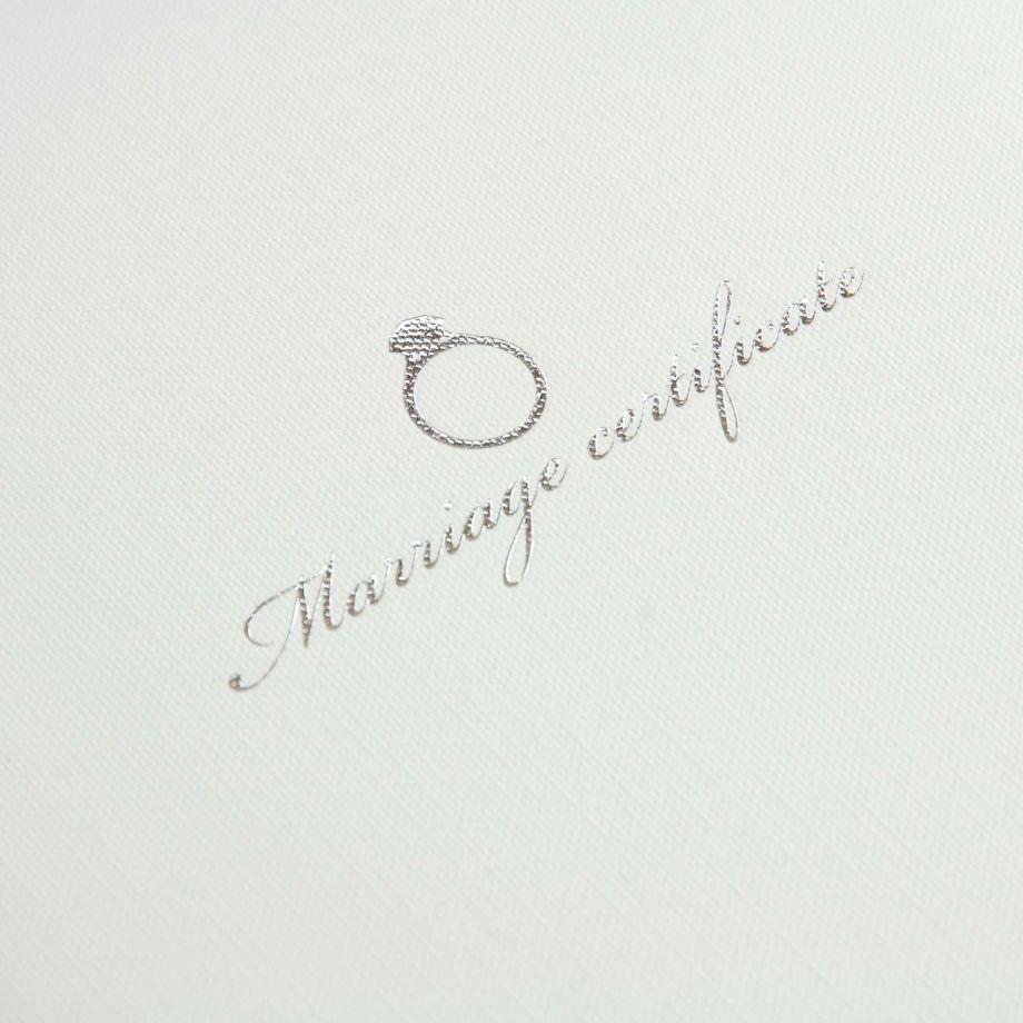 上品に輝くシルバーの箔押し結婚証明書リング