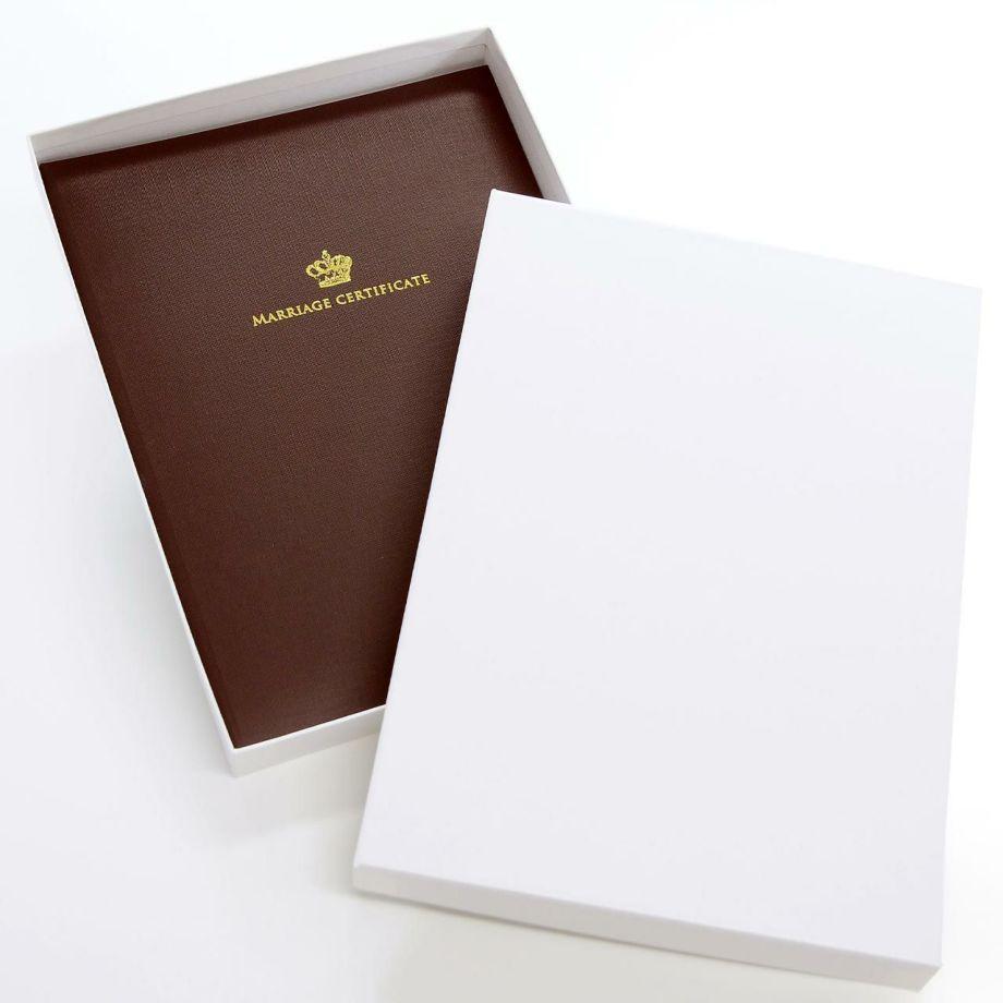 保管にも安心なケース付きの結婚証明書