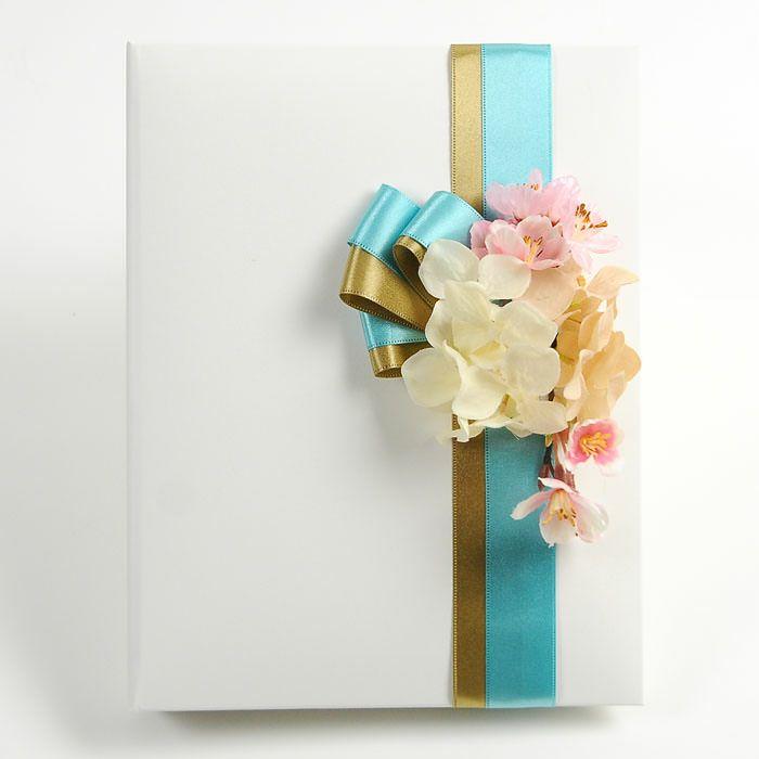 ホワイトのカバーに桜のアーティフィシャルフラワーをアレンジした花嫁の手紙