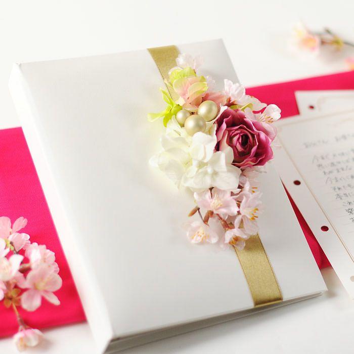 純白のカバーにアーティフィシャルフラワーの桜をアレンジした花嫁の手紙