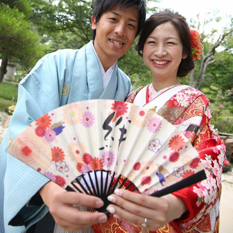 和装の前撮り小物としても使える扇子型結婚証明書