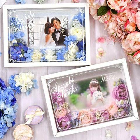 お写真・メッセージ・誕生から結婚までの日数入りのオリジナルギフト。お花をアレンジした華やかな贈呈品です