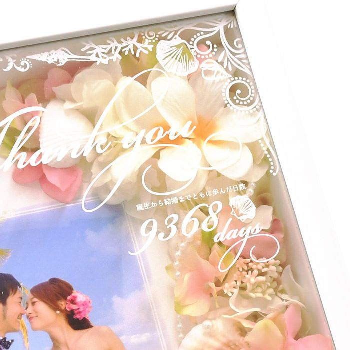 ガラス面に配置された透明フィルムに印刷してあるのは誕生から結婚までをカウントした日数