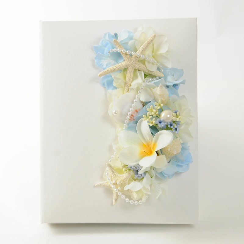 ホワイトのカバーにアーティフィシャルフラワーをアレンジした花嫁の手紙