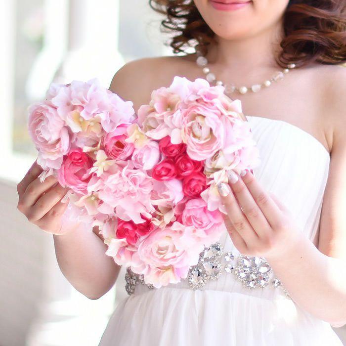 結婚式での花嫁の手紙のシーンを可愛く彩るハートのカタチのお手紙ボード。表面はたっぷりのお花でロマンチック&キュートに