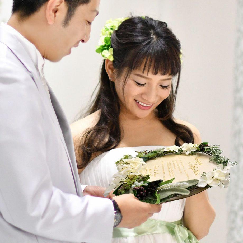 ナチュラルなお花のアレンジ:木製ボードに誓いの言葉をレーザー刻印して作る結婚証明書