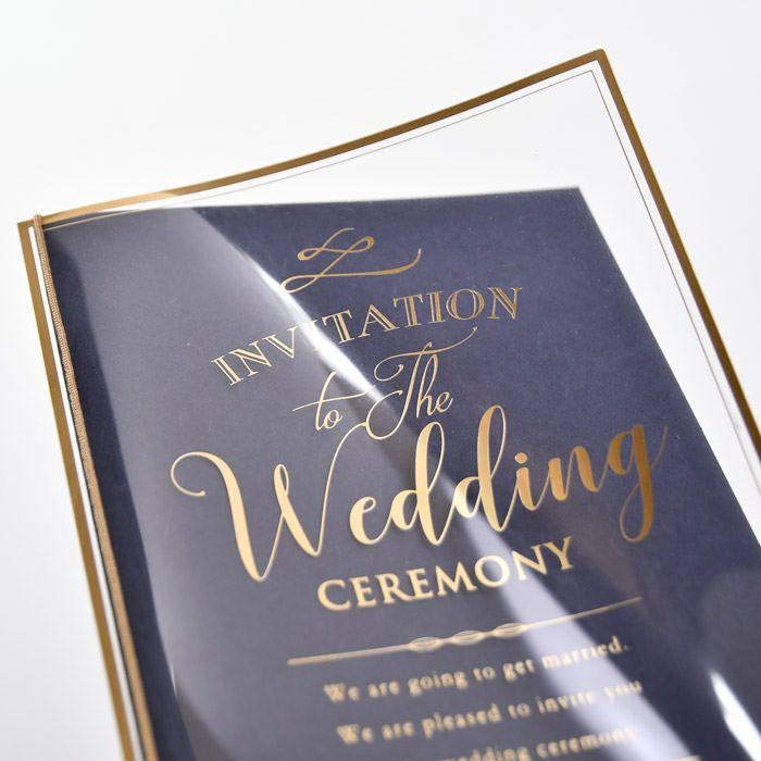 上品なゴールドの箔押しをほどこしたクリアカバーを外側に重ねる贅沢仕様な招待状
