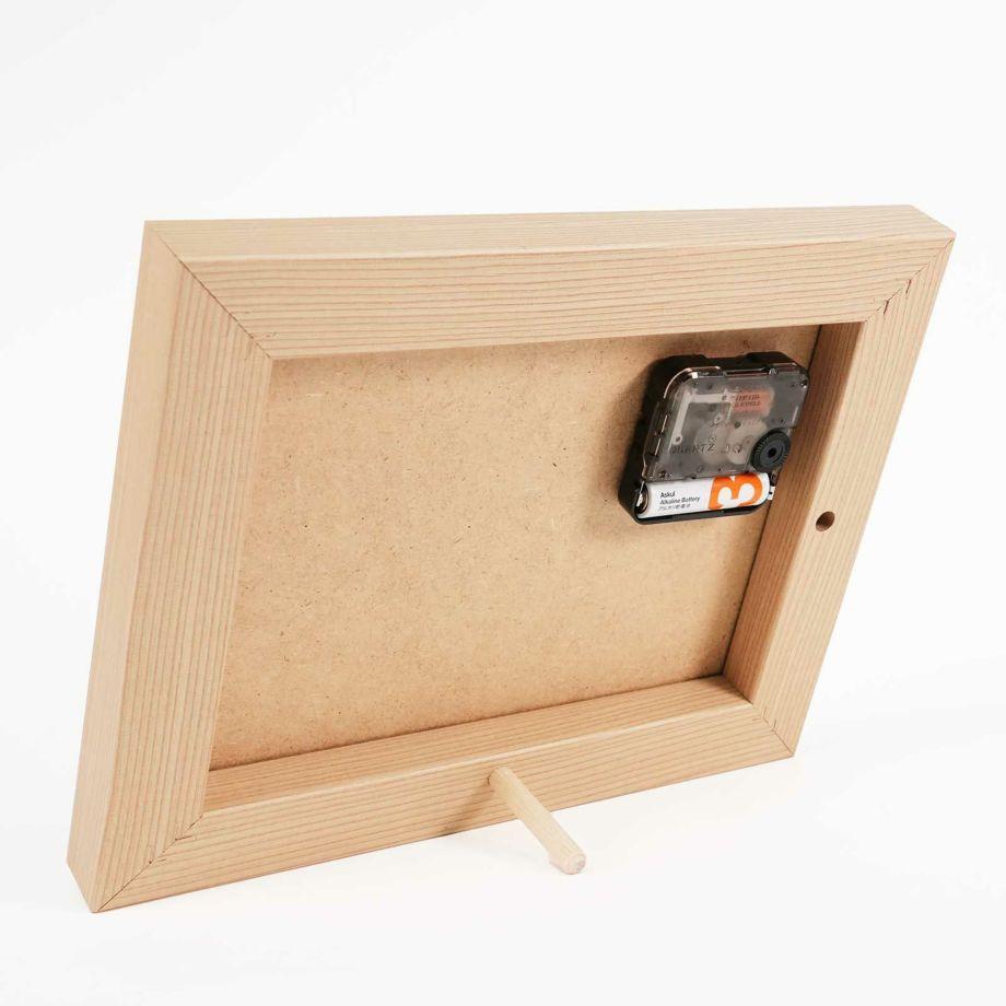時計の木枠には無垢材を使用やさしさ溢れるたたずまい
