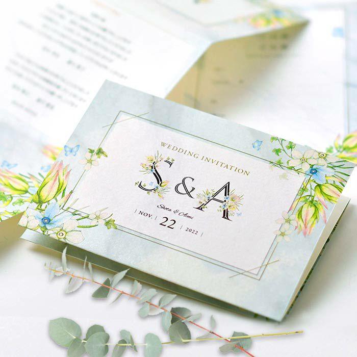 結婚式にふさわしい花言葉をもつ可憐な花があしらわれた純真なデザインの招待状