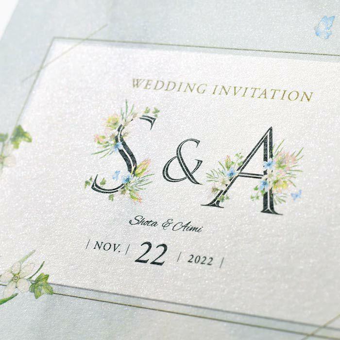 招待状の表紙にはお二人のイニシャル入り