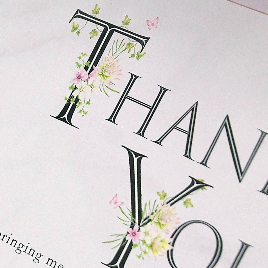 THANK YOUの英文字にも可憐な花が咲き、可愛らしい蝶も舞っています