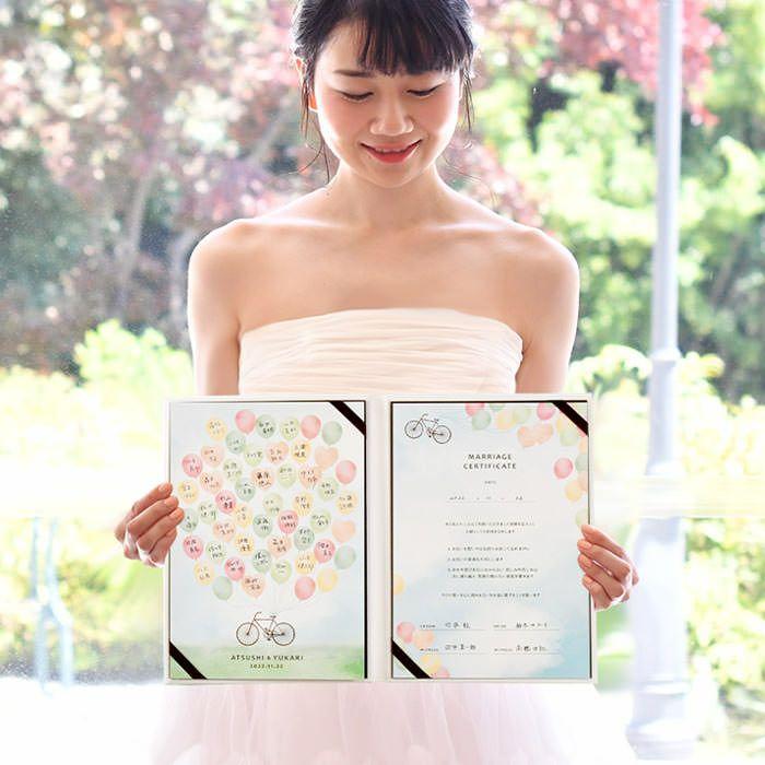 結婚証明書には、アクリルやハートドロップ、パズルなどいろんなバリエーションがあるけど、やっぱりベーシックなサイン式が人気