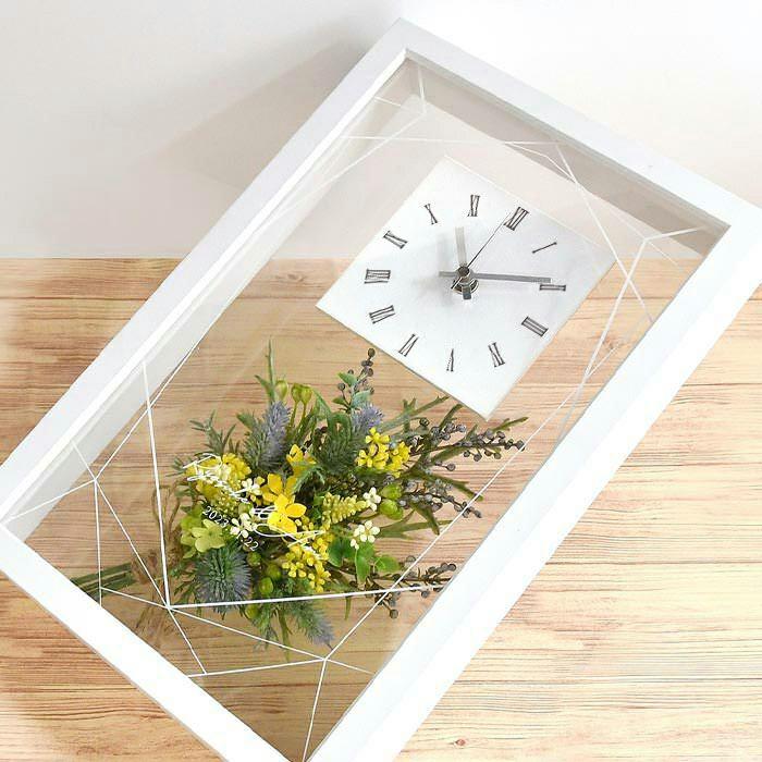背面までクリアな時計にブーケをINした華やかでおしゃれな時計ギフト
