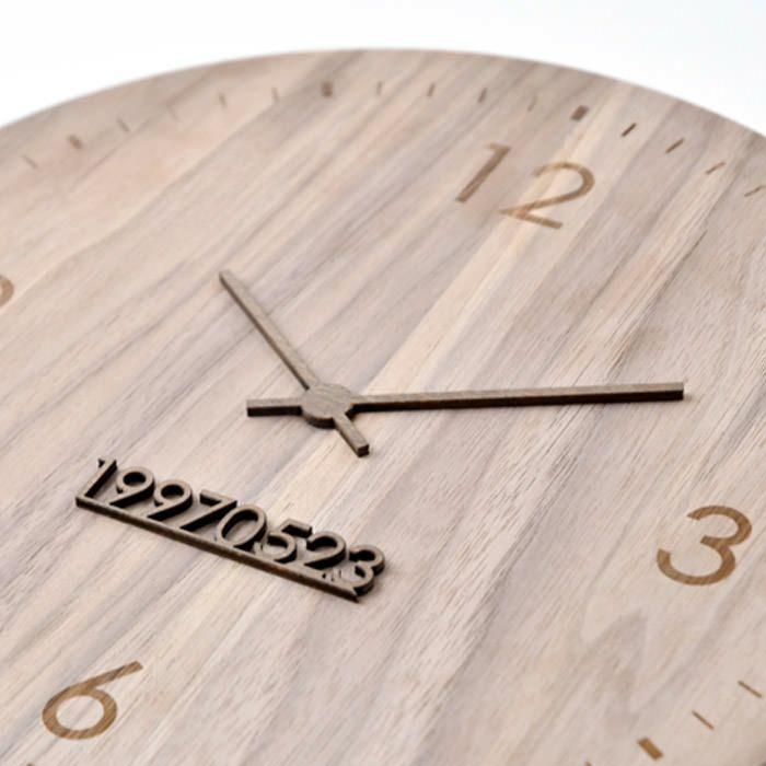 まるで時計のようなフォルム。実はこの時刻は、生まれた瞬間のあの時間をさしています。