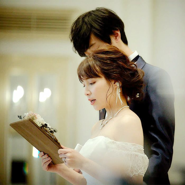読む姿も美しく感動シーンを演出する花嫁の手紙