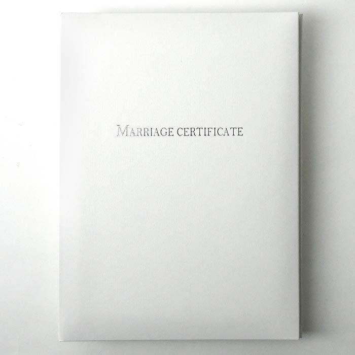 純白の表紙に「MARRIAGE CERTIFICATE」とシルバーの文字が入った上品かつシンプルなカバー