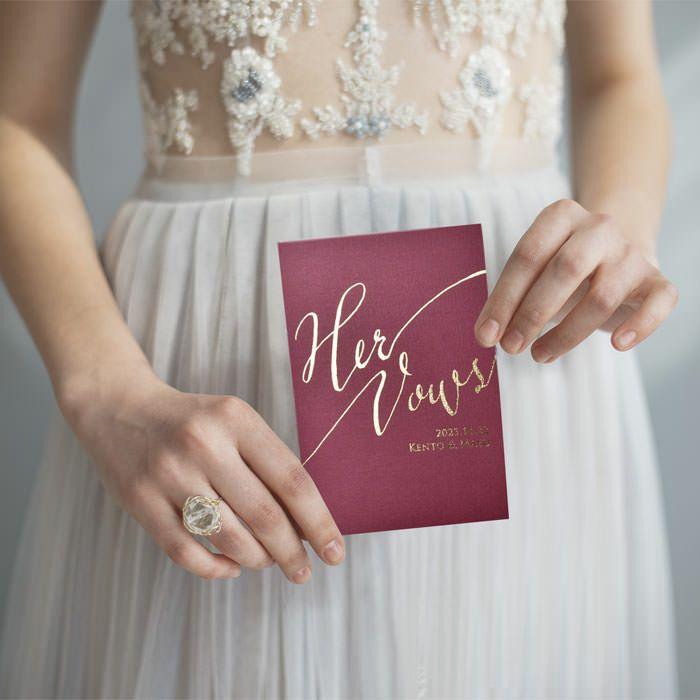 ウェディングバウブックを手に持った花嫁の宣誓シーン