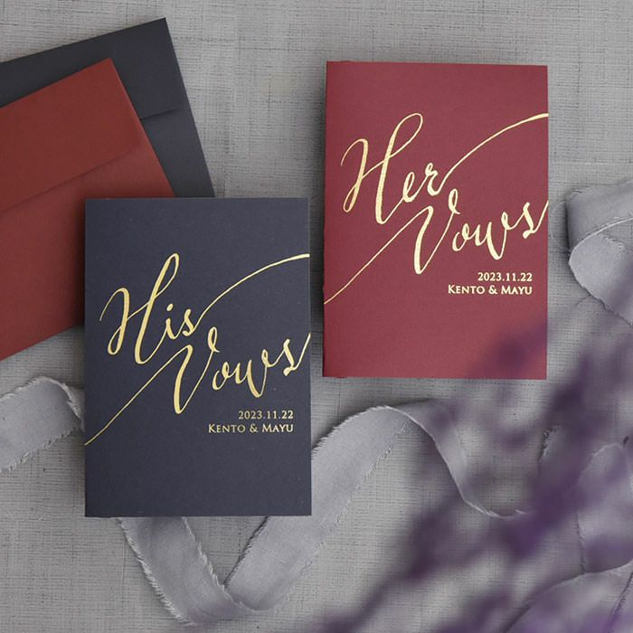 ダークカラーの台紙にゴールド箔でそれぞれ「His Vows」「Her Vows」と、挙式日お名前入り