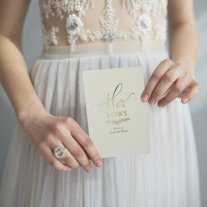 花嫁がウェディングバウブックを手にする宣誓シーン