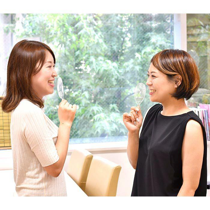 会話の際は、この席札で口を覆ってもらえば、フェイスシールド代わりとしても使える、ミニサイズの飛沫防止アイテム