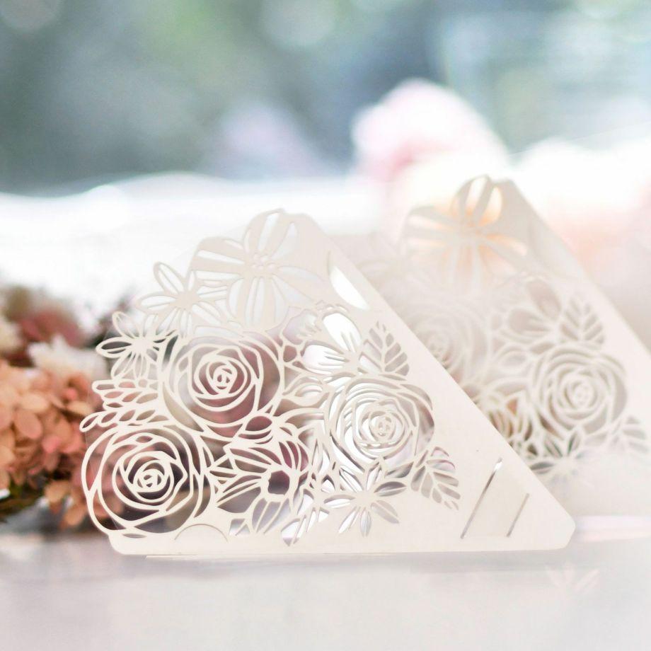 花束に見立てた繊細な切り絵が、結婚式という特別な日に心おどるような華やかさを添えます