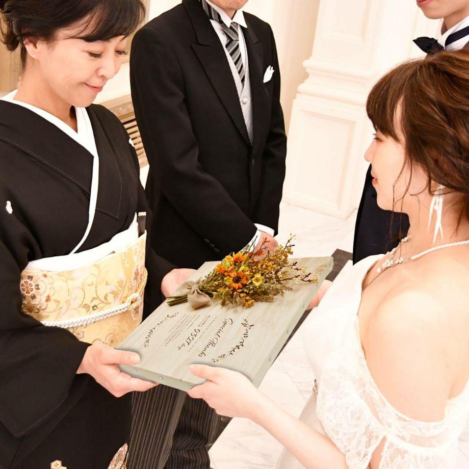 花束の代わりに贈れる子育て感謝状ナチュラルキャンバス結婚式の両親贈呈シーン