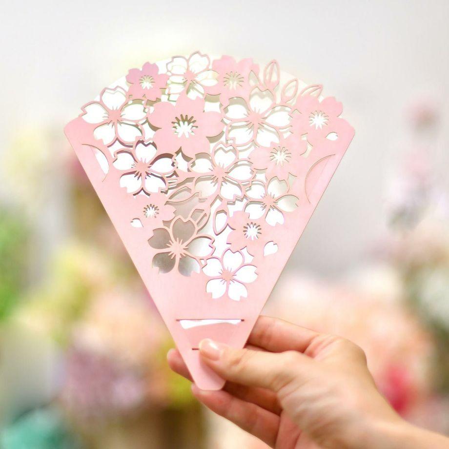 花束を持つようなイメージで使えるフェイスシールド