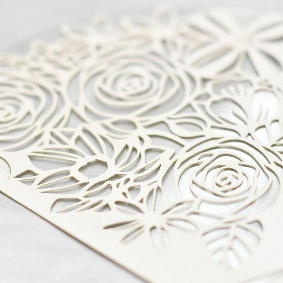 花束に見立てた繊細な切り絵をほどこしたフェイスシールド