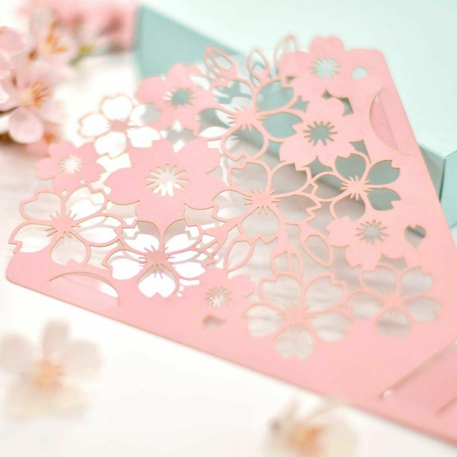 桜のデザインのフェースシールドは美しい切り絵に透明のフィルムを重ねてあります
