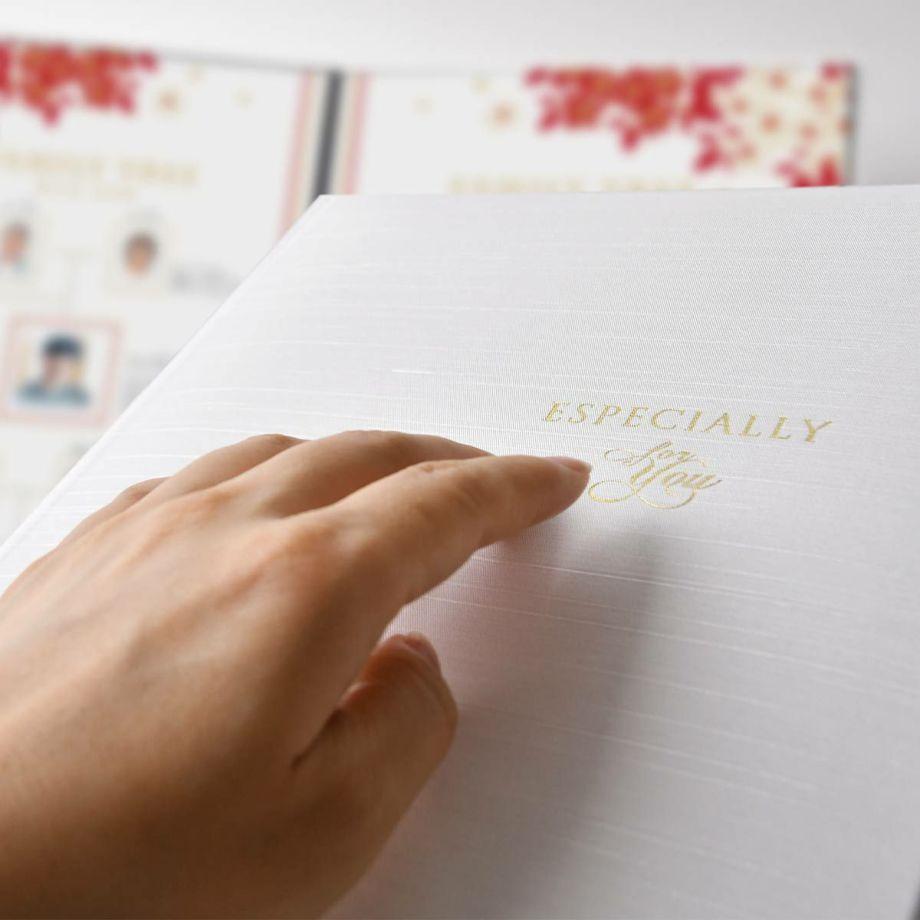 家系図ブックの表紙は光沢のある布調の素材、ゴールドの箔押しで「ESPECIALLY for you」の文字がキラリ輝きます