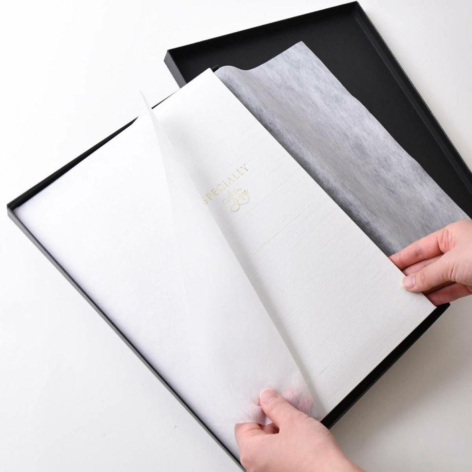 家系図ブックは箱に入れてお届けします。記念品にもぴったり!