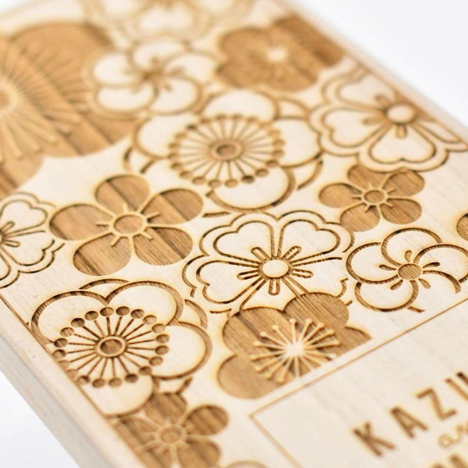 結婚祝いにふさわしいおしゃれなデザインを桐箱にレーザー刻印した夫婦箸のプレゼント