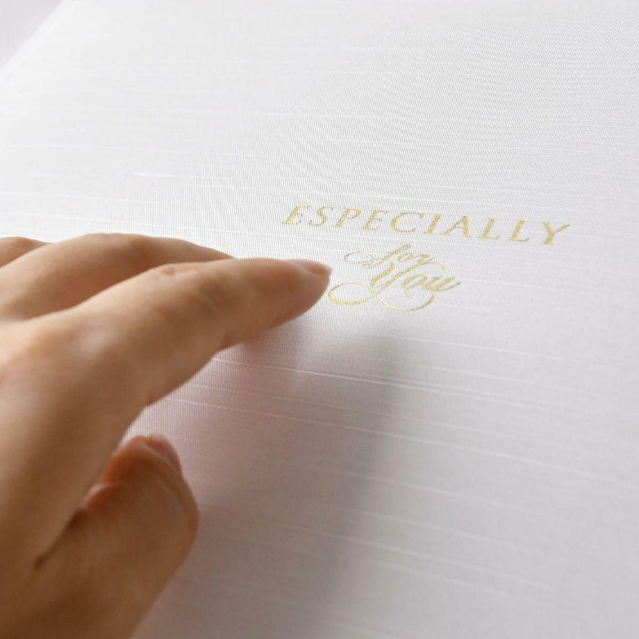 光沢のある布調の素材にゴールドの箔押しの文字が輝く子育て感謝状の表紙カバー