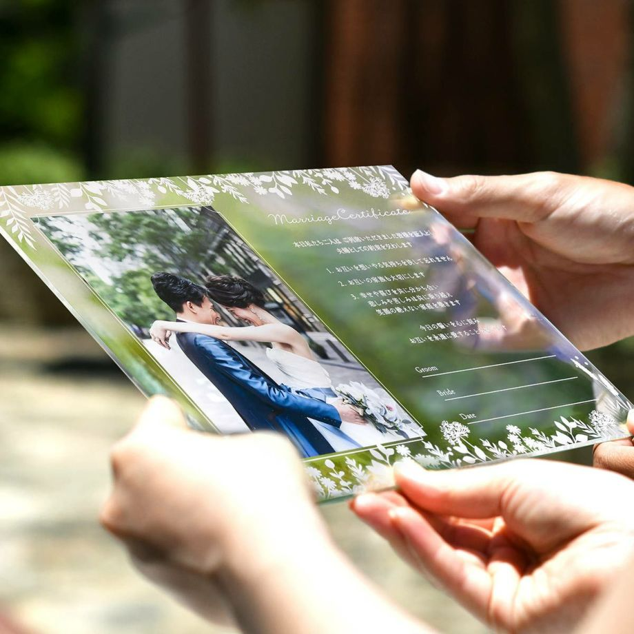 アクリルの結婚証明書は軽量で誓いのシーンや持ち運びにも便利