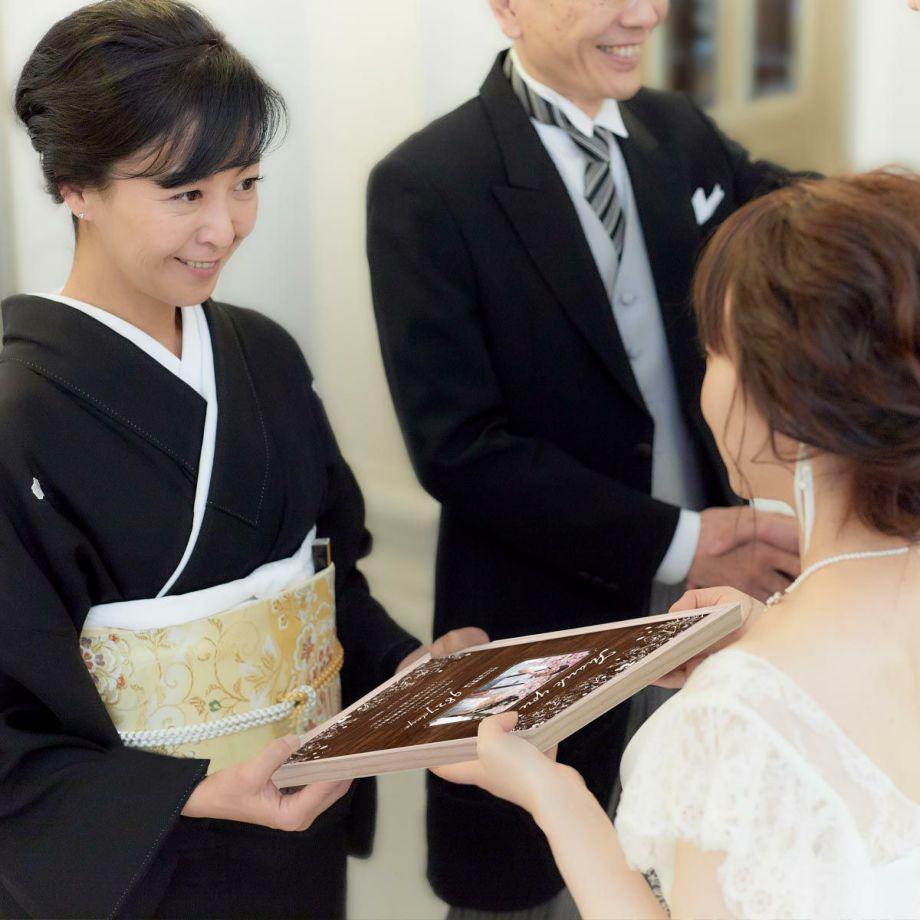 結婚式披露宴での子育て感謝状贈呈シーン